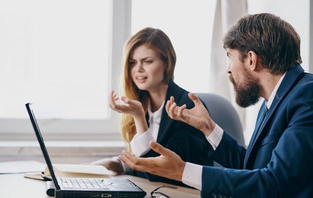 Colegas de trabalho mesa de trabalho finanças trabalho comunicação emoções