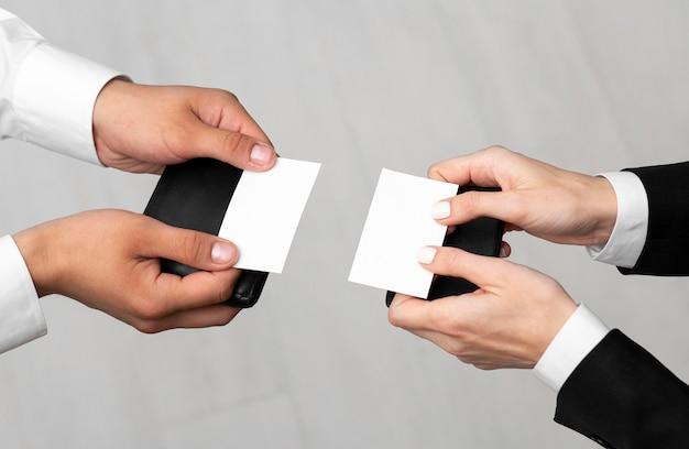 Colegas de trabalho mostrando cartões de visita do espaço de cópia