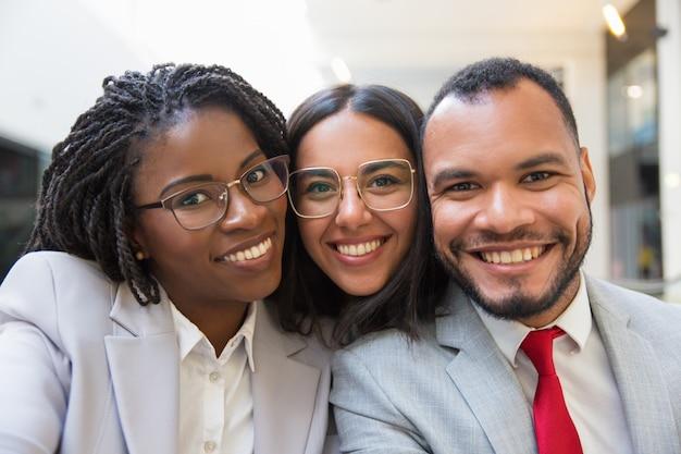 Colegas de trabalho multi-étnico sorrindo