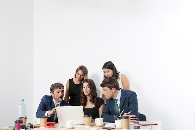 Colegas de trabalho no escritório trabalhando juntos