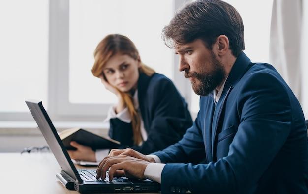 Colegas de trabalho no profissional financeiro de tecnologia de mesa de escritório
