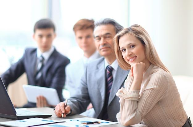 Colegas de trabalho sentados na mesa do escritório
