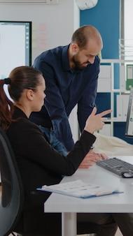 Colegas de trabalho trabalhando em equipe para estratégia de marketing