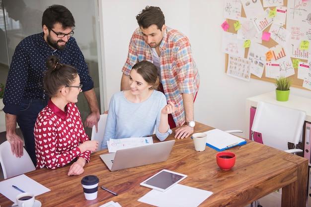 Colegas de trabalho trabalhando no escritório em um ambiente descontraído