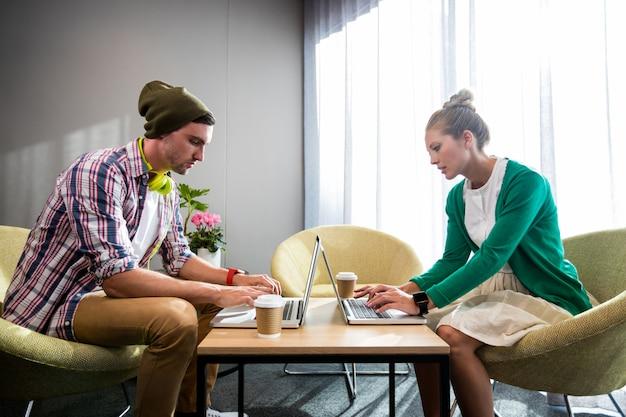 Colegas de trabalho usando laptop