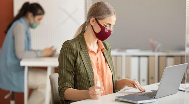 Colegas de trabalho usando máscara no trabalho