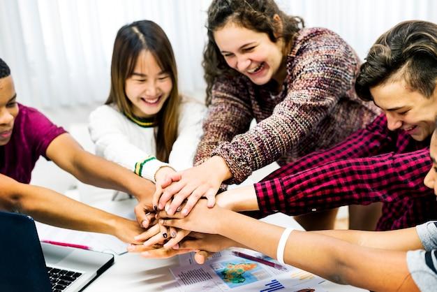 Colegas de turma juntando as mãos, trabalho em equipe e conceito de sucesso