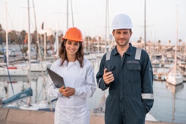 Colegas de uniforme no porto marítimo