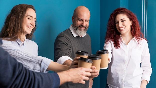 Colegas, desfrutando de café juntos