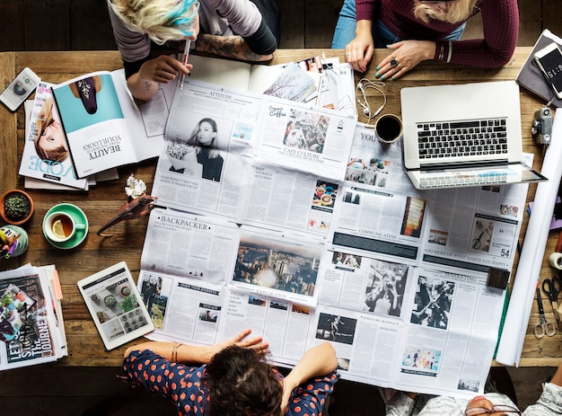Colegas discutindo artigos de jornal