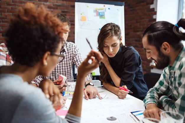 Colegas discutindo novas idéias na reunião de negócios.