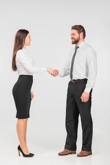 Colegas do sexo feminino e masculino apertando as mãos