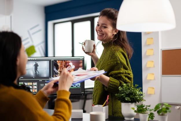 Colegas editores trabalhando na criação de um local de trabalho criativo usando software de pós-produção desenvolvendo design de filme de projeto digital