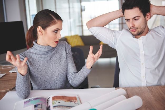 Colegas em discussão em um escritório elegante