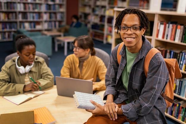 Colegas estudando juntos na biblioteca da universidade