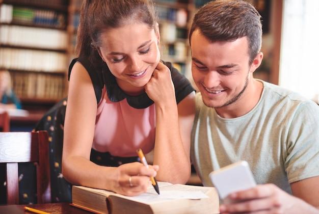 Colegas estudando juntos na biblioteca