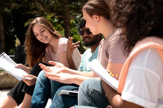 Colegas estudando juntos na frente da faculdade antes de um exame