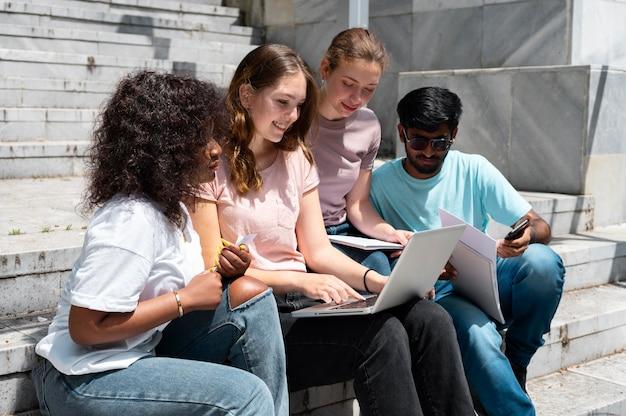 Colegas estudando juntos para um exame