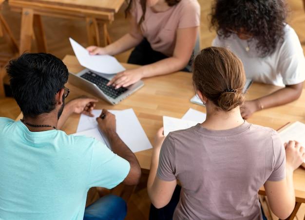 Colegas estudando juntos