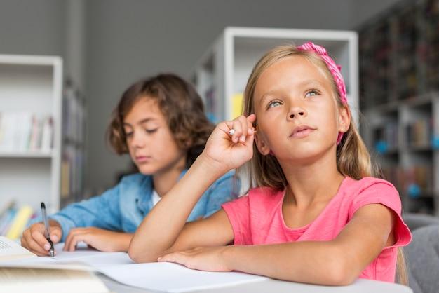 Colegas fazendo lição de casa juntos na biblioteca