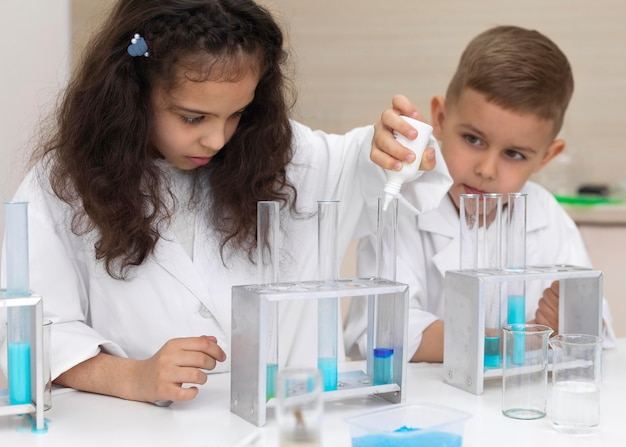 Colegas fazendo um experimento químico na escola