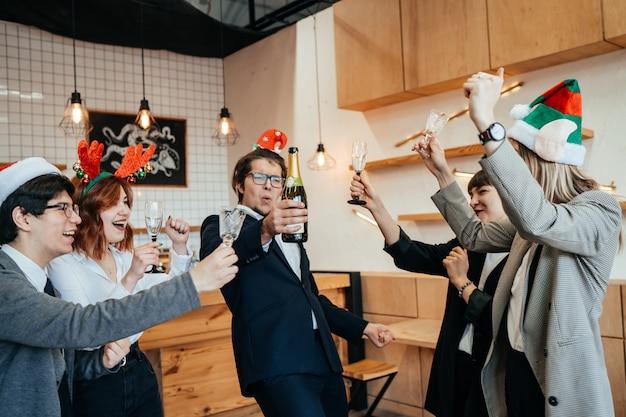 Colegas felizes no escritório comemoram evento especial
