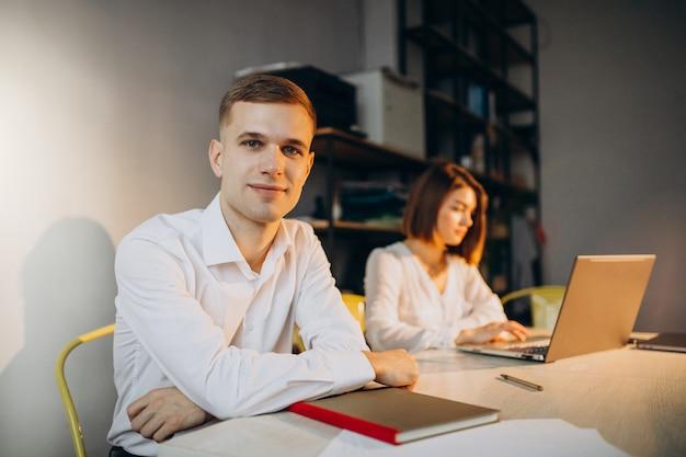 Colegas femininos e masculinos, trabalhando no escritório
