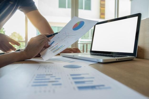 Colegas finanças realização apontando pesquisa contabilidade