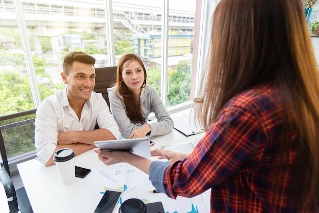 Colegas negócio, reunião, e, brainstorming, sobre, trabalho, em, escritório