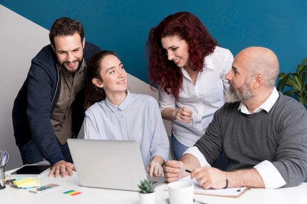 Colegas planejando juntos no escritório