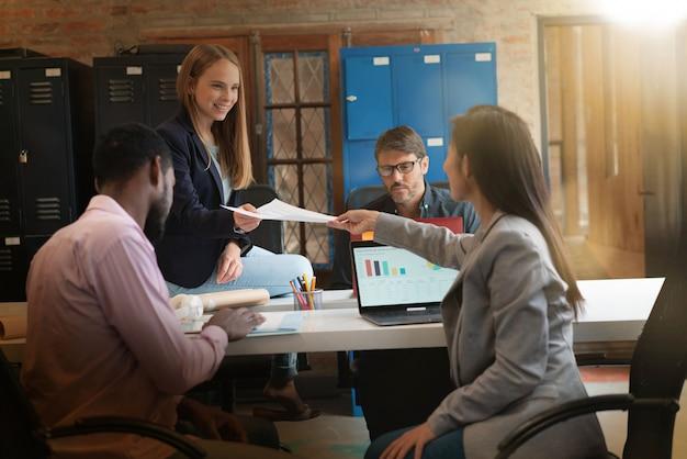 Colegas que trabalham no espaço de escritório moderno