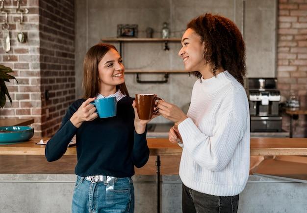 Colegas tomando café durante uma reunião
