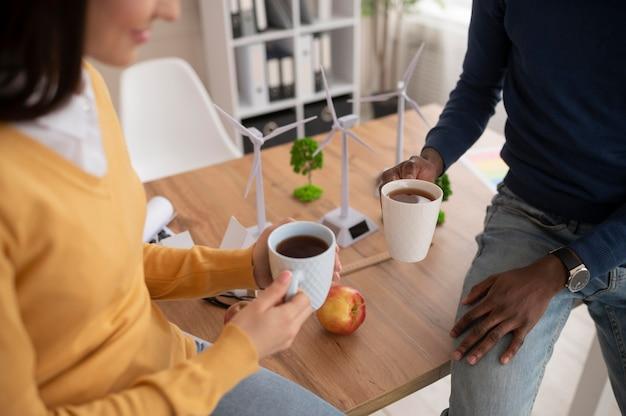 Colegas tomando café