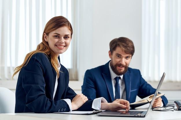 Colegas trabalham juntos na frente da tecnologia de profissionais de laptop. foto de alta qualidade