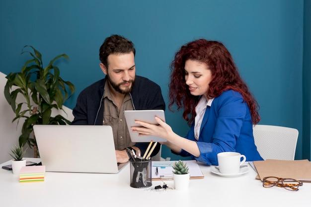 Colegas trabalhando e planejando juntos