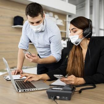 Colegas trabalhando juntos no escritório