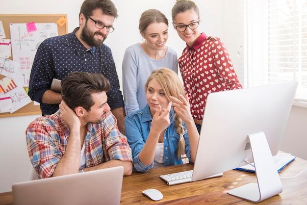 Colegas trabalhando no escritório em um ambiente descontraído