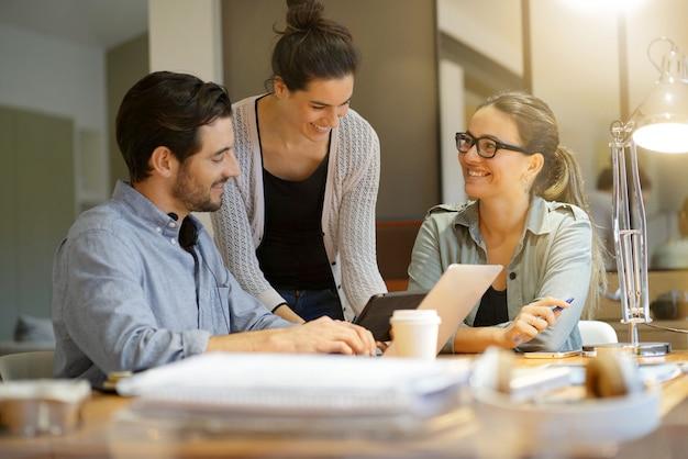Colegas, workshopping, negócio, idéias, modernos, co, trabalhando, espaço
