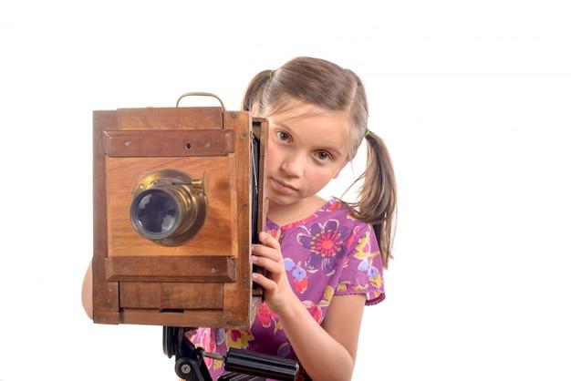 Colegial com câmera velha