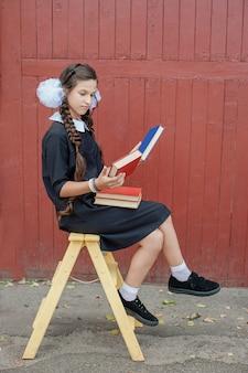 Colegial, com, livros, sentando, ligado, um, amarela, escadaria