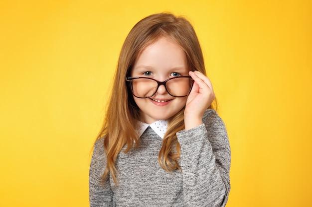 Colegial garota inteligente com óculos.