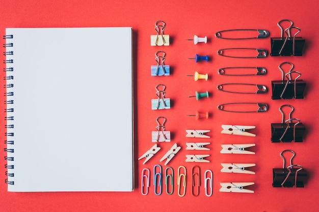 Coleta de alfinetes e clipes de papel