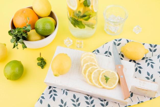 Coleta de frutas frescas na mesa