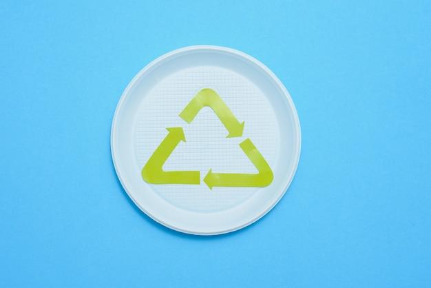 Coleta de lixo plástico em fundo azul