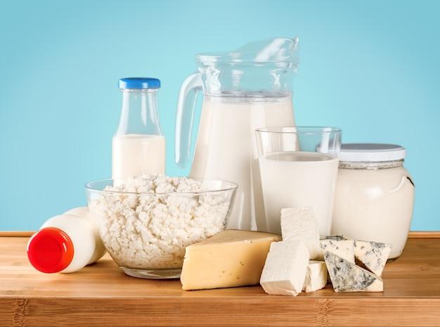 Coleta de produtos lácteos em fundo verde
