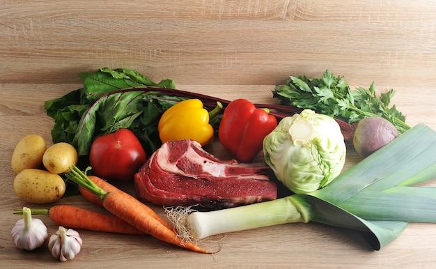 Coleta de sopa de legumes com batatas, tomate, cenoura, alho, alho-poró, beterraba, pimenta, salsa e carne