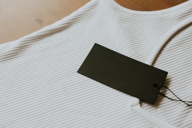 Colete branco com etiqueta de preço preta
