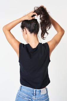Colete feminino preto solto com jeans