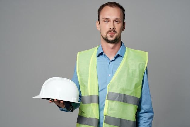 Colete reflexivo homem, trabalho profissional, fundo isolado