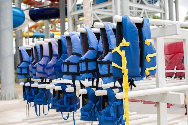 Colete salva-vidas azul no varal